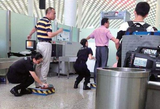 机场安检诡异微笑是什么情况?背后真相曝光!资讯生活